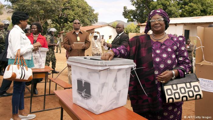 Malawi President Joyce Banda voting on Tuesday (20.05.2014)