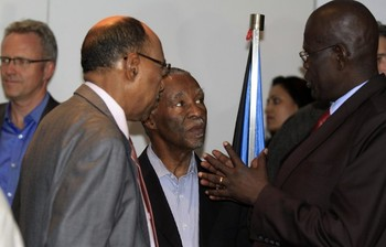 Sudanese Defence Minister Abdelrahim Mohamed Hussein (L) talks to his South Sudan counterpart John Kong Nyuon (R), as former South African President Thabo Mbeki (C) in Ethiopia's capital Addis Ababa, March 8, 2013 (REUTERS/Tiksa Negeri)