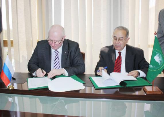 Signing ceremony: (left) Ambassador Valery Utkin, (right) Ambassador Ramtane Lamamra