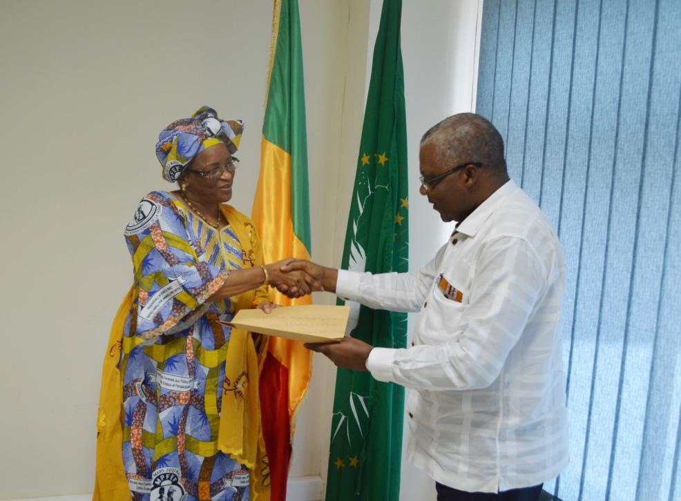 M. Ntolé Kazadi, Chef de l'unité politique de la MISAHEL et la Représentante des organisations féminines du Mali